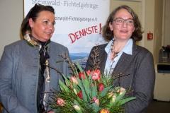 Martina v. Waldenfels bedankt sich bei Elisabeth Kapsch für die große Unterstützung